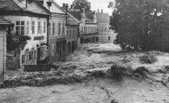 Hochwasser am 21. Juli 1959 Marktplatz - Blick Richtung Raiffeisenkasse